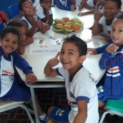 H de hambúrguer – Professora de Majé dá aula de alfabetização e amor ao próximo