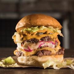 Luz, Câmera, Burger! lança o Mão Santa Burger, uma homenagem a Oscar Schmidt