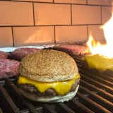Hamburgueria serve BONS cheeseburgers a R$ 9,90