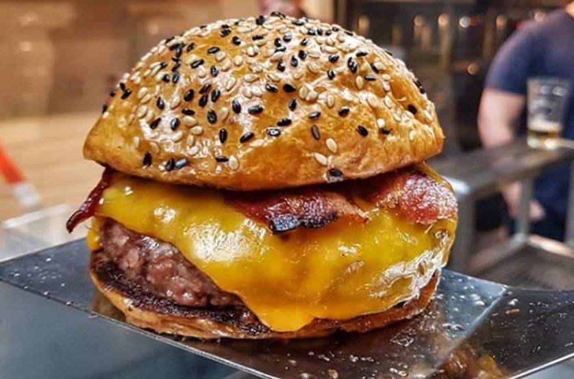 Burger com blend The Burger Store, pão, queijo e bacon vendidos na loja